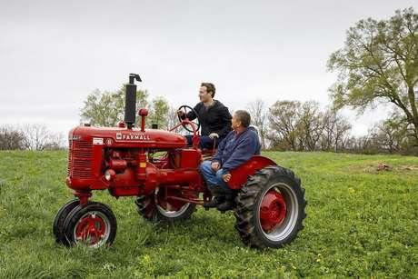Em Blanchardville, Wisconsin, Zuckerberg almoçou com uma família de fazendeiros e andou de trator