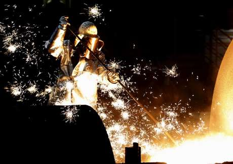 Funcionário trabalha em fábrica de aço de Duisburg, na Alemanha 06/12/2012 REUTERS/Ina Fassbender
