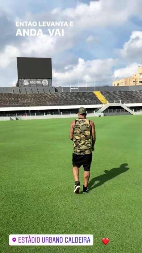 Gabigol visita a Vila Belmiro nesta quinta-feira (Reprodução/Instagram)