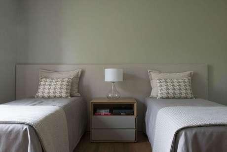 9. Você usar uma cabeceira compartilhada para camas de solteiro. Projeto deTriplex Arquitetura