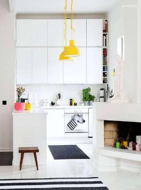 25. A luminária para cozinha em tons de amarelo trouxe mais alegria para a decoração clean