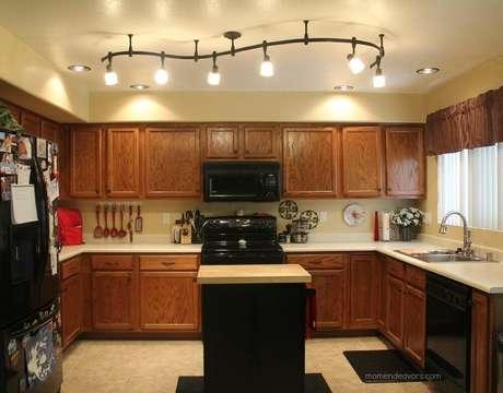 15. Para trazer mais modernidade para a cozinha rústica invista em modelos modernos de luminária para cozinha