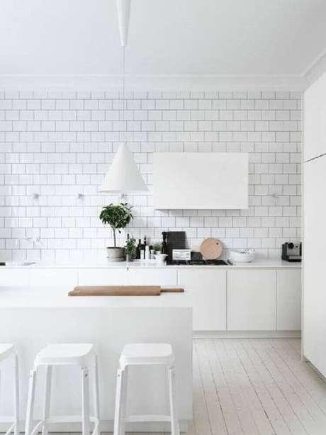 49. Decoração clean com luminária para cozinha