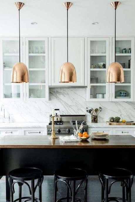 33. Decoração com luminária para cozinha americana