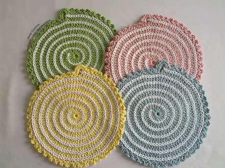 22. Descansos de panela de crochê com desenho espiral. Fonte: Elo7