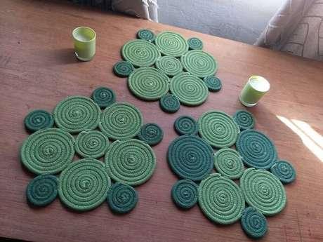 30. Descansos de panela feitos com cordão de algodão, tingido nas cores verde claro e escuro. Fonte: Elo7