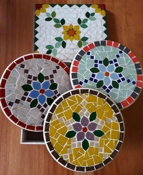 32. Descansos de panela feitos com mosaico. Fonte: Pinterest