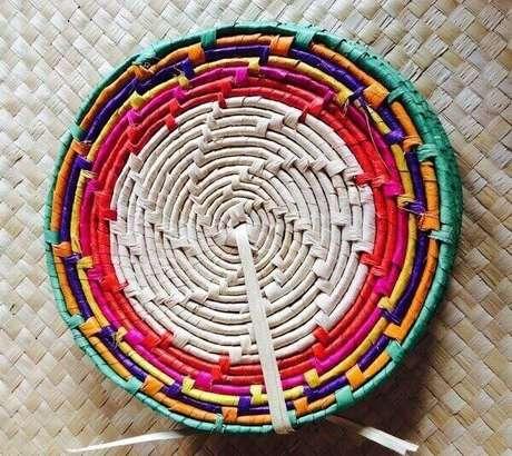 37. Descanso de panela feito de palha de carnaúba com borda colorida. Fonte: Nordeste Artesanatos