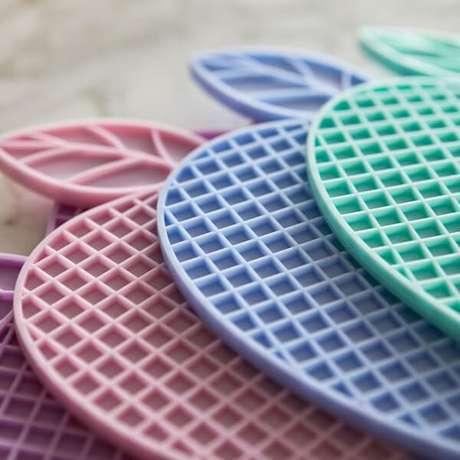 4. Traga vida para a cozinha usando modelos de descanso de panela silicone colorido. Fonte: Kiero