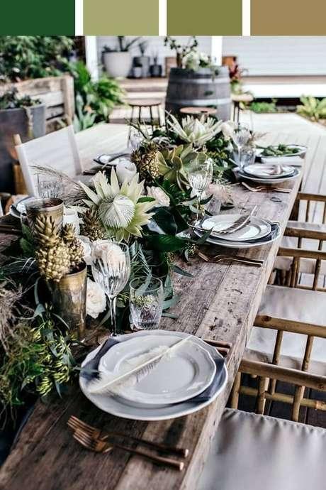 45. Enfeites de mesa com flores exóticas e lindas – Foto: Casa Vogue
