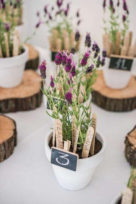 49. Enfeites de mesa com flores para decorar a casa – Via: Decor Fácil