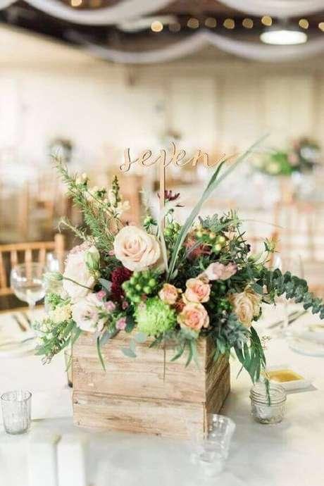 51. Enfeites de mesa com flores rústicas – Via: Revista VD