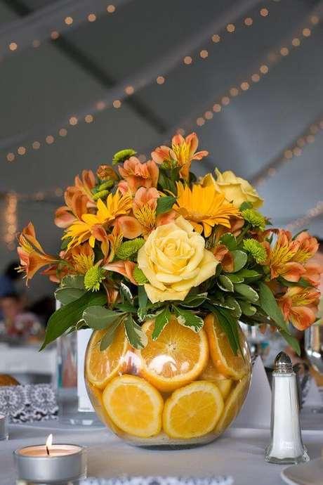 54. Mesa com frutas e flores de enfeites de mesa – Via: Monta casa