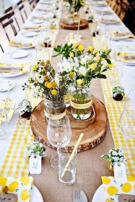 55. Enfeites de mesa com madeira e flores amarelas – Via: Decor Fácil