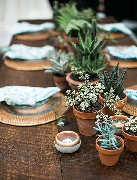 57. Enfeites de mesa com plantas de suculentas – via: Pinterest