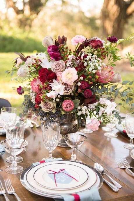 58. As flores são lindas opções para usar como enfeites de mesa – Via: Pinterest