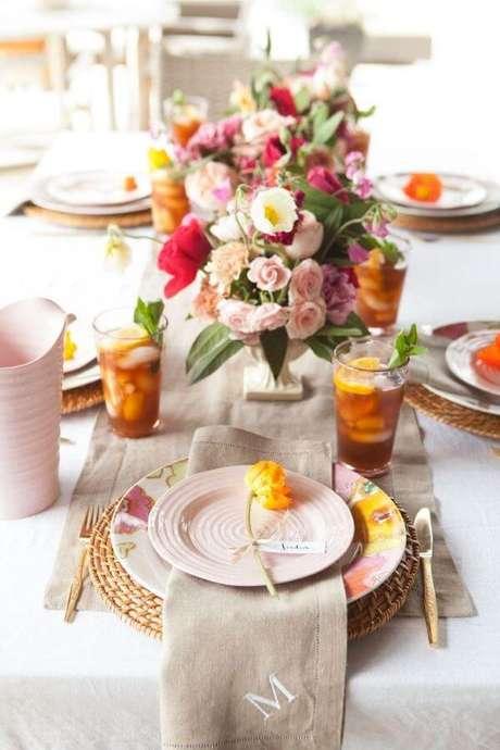 62. Enfeites de mesa floral colorido e alegre – Via: Decor Fácil