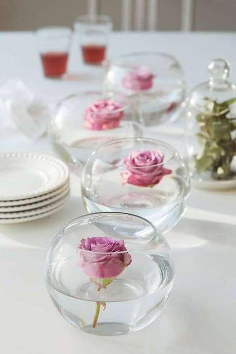 70. Enfeites de mesa com flores no vaso de vidro – Via: Pinterest