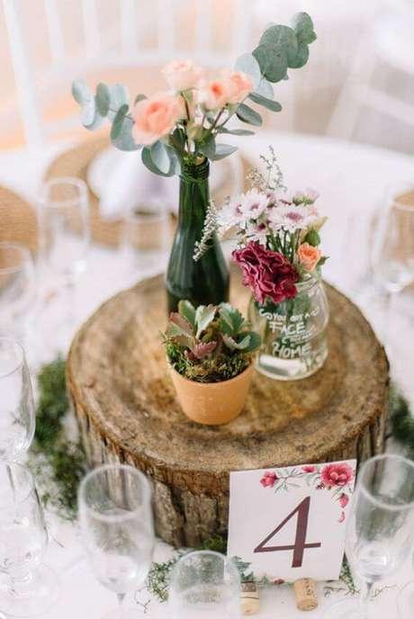 71. Enfeites de mesa rústico com flores nos vasos – Via: Inspire Blog