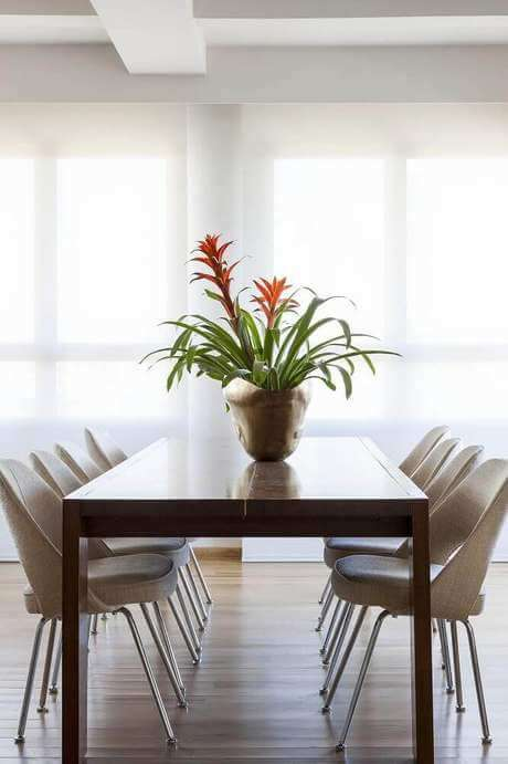 74. Mesa rústica com enfeites para mesa – Foto: Terra