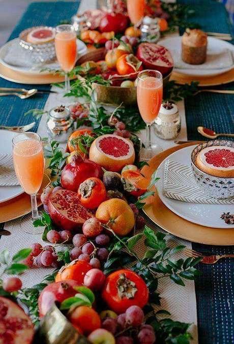 7. Uma mesa com enfeites de frutas e folhagens é criativa e comestível!