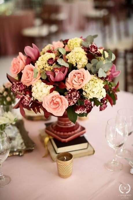 78. Enfeites de mesa com flores e livros – Via: Pinterest