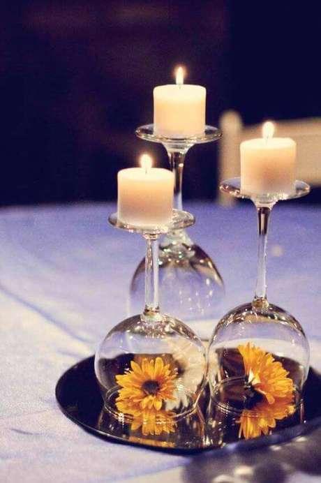 1. Os enfeites de mesa usando taças e velas são criativos e bonitos.