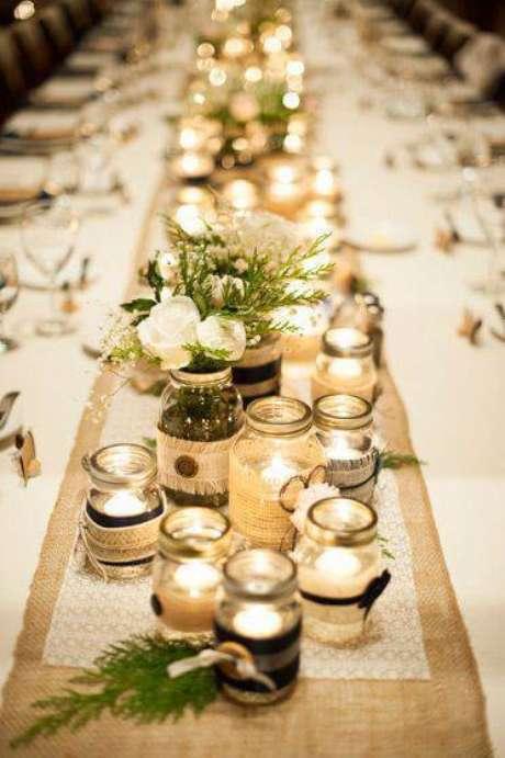 9. Para jantares e reuniões a noite, enfeites de mesa com velas e potes trazem luz para o ambiente.