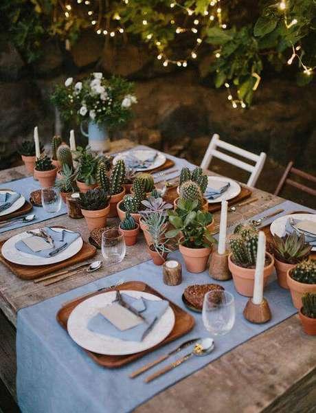 10. Os enfeites de mesa com cactos são ideais para almoços ao ar livre.