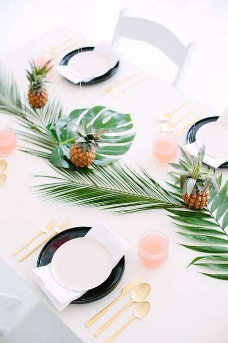 4. Cores suaves, folhas e frutas são enfeites de mesa tropicais e diferentes.