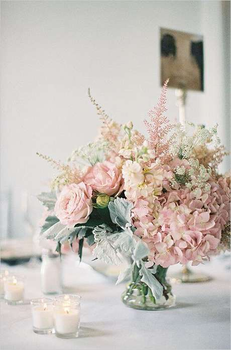 80. Enfeites de mesa florais – Via: Weddbook