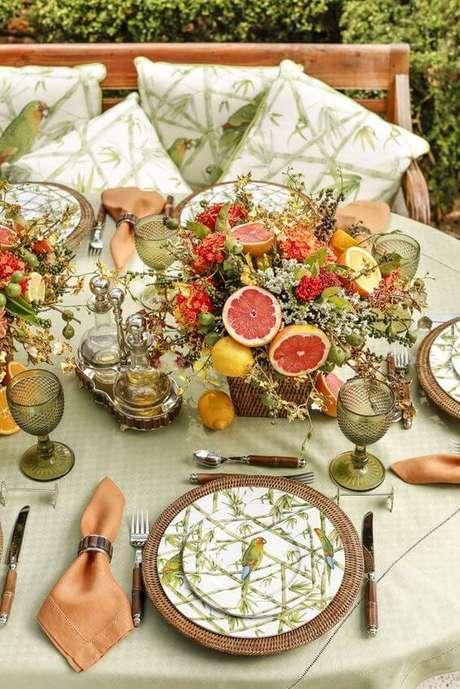 81. Enfeites de mesa com frutas e plantas – Foto: Vamos Receber