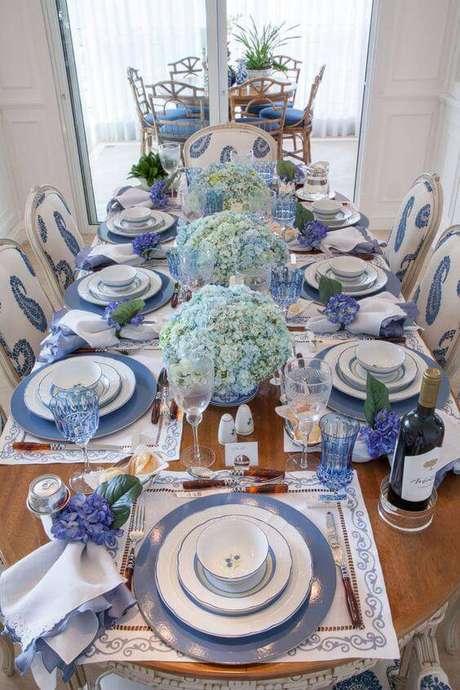 12. Para quem quer uma mesa azul total, enfeites de mesa de hortênsias naturais.
