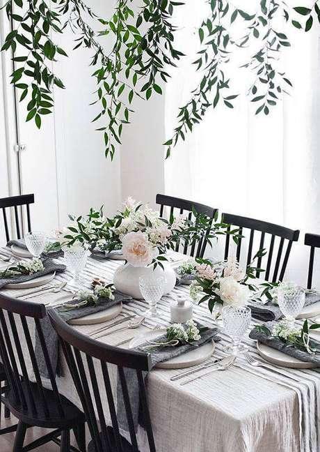 13. Mais uma ideia de enfeites de mesa com flores, usando vasos claros.