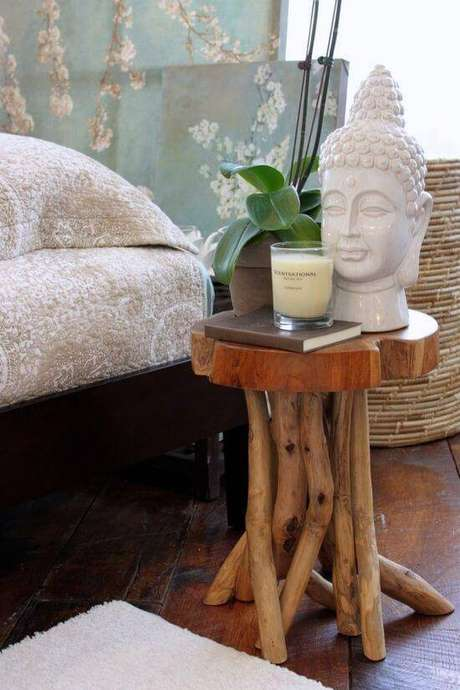 16. A mesa lateral em madeira natural conta com enfeites em tons terrosos.