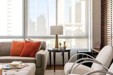 17. Com linhas retas, a mesa lateral conta com enfeites delicados e minimalistas. Projeto por Danyela Correa.