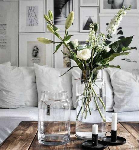 2. Os vasos com folhagens e flores são enfeites de mesa clássicos.