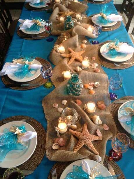 18. Saindo do tradicional, os enfeites de mesa do fundo do mar ficam lindos.