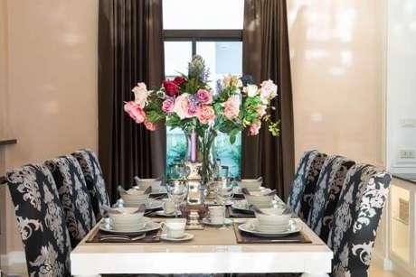 82. A sala de jantar pode ficar ainda mais bonita com os enfeites de mesa – via: Pointer