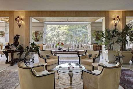 25. Os enfeites de mesa estão presentes na sala de estar. Projeto por Ana Luisa Previde.