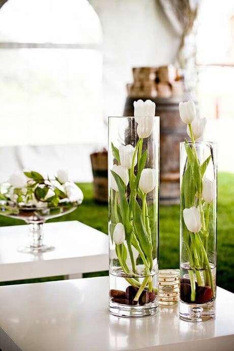 41. Os vasos compridos podem ser enfeites de mesa elegantes.
