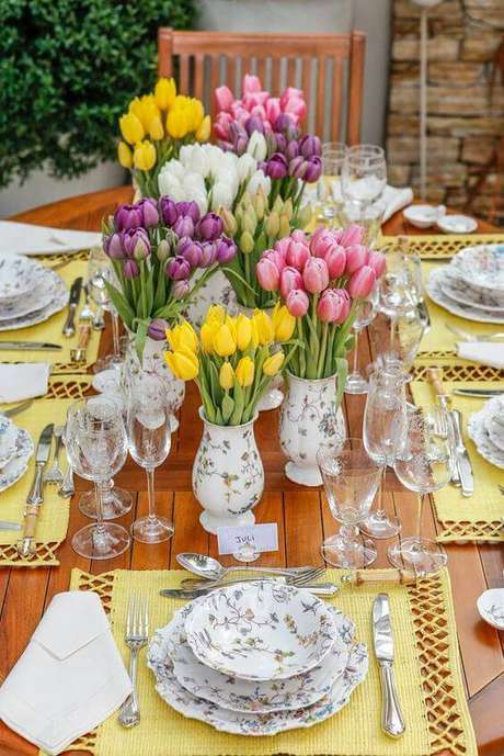 83. Use as tulipas para decorar sua mesa e impressionar com os enfeites de mesa – Via: Pinteres