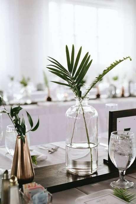 43. Combinar metais com vidro é uma forma de fazer enfeites de mesa modernos.