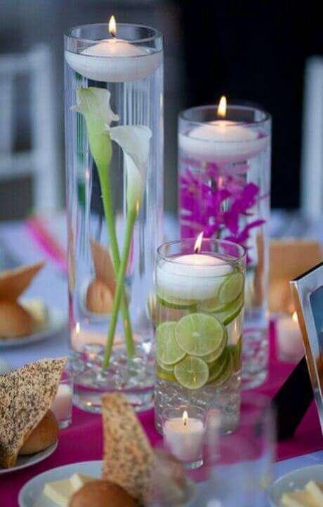 44. Usar flores e frutas em rodelas na água é um jeito de deixar os enfeites de mesa com vela mais decorados.