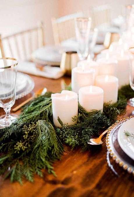 84. Enfeites de mesa com velas e plantas – Foto: A minha festinha