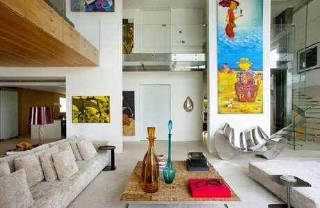 60. Invista em quadros grandes para sala com pé direito duplo. Fonte: Decor Salteado