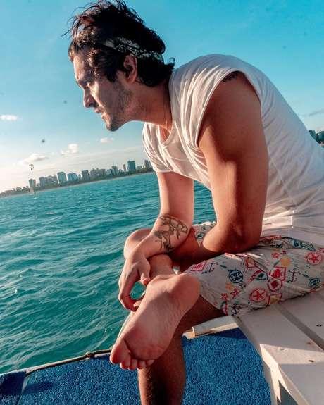Cantor Luan Santana em foto na praia