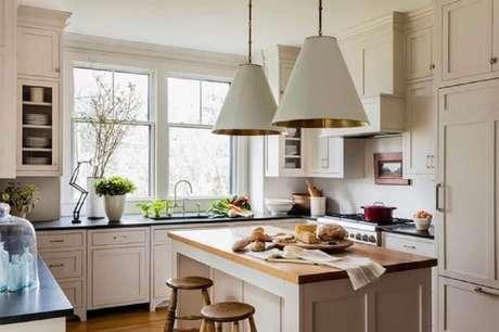 53. Luminária para cozinha com interior dourado