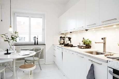 14. Inspire-se com esse modelo de luminária para cozinha embutida na marcenaria e a linda e minimalista luminária pendente para cozinha