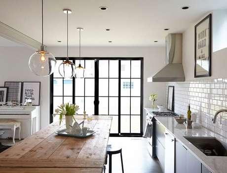 32. Para trazer delicadeza ao ambiente invista em luminária para cozinha que sejam de vidro